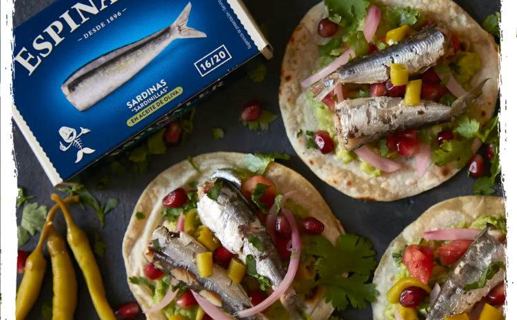 Tacos de guacamole con sardinas